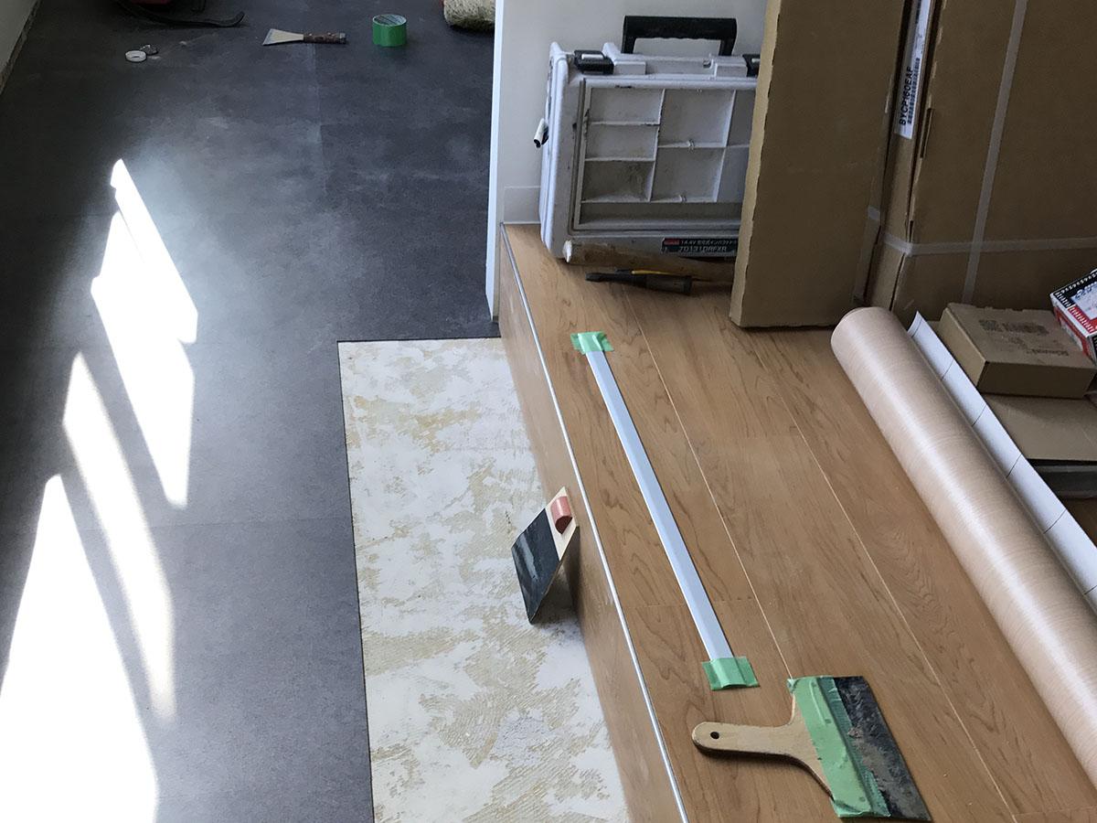 美容室の床にフロアタイルを貼る