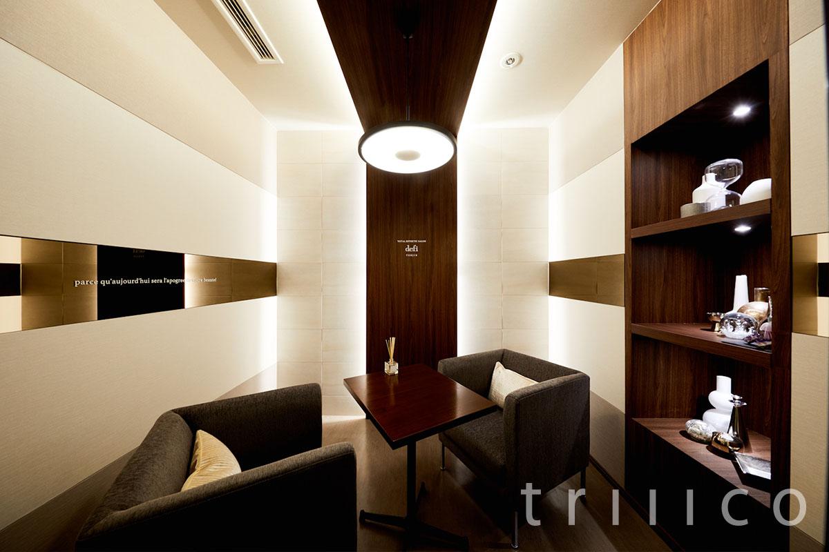 福岡天神にあるエステサロンのウェイティングルームの内装デザイン