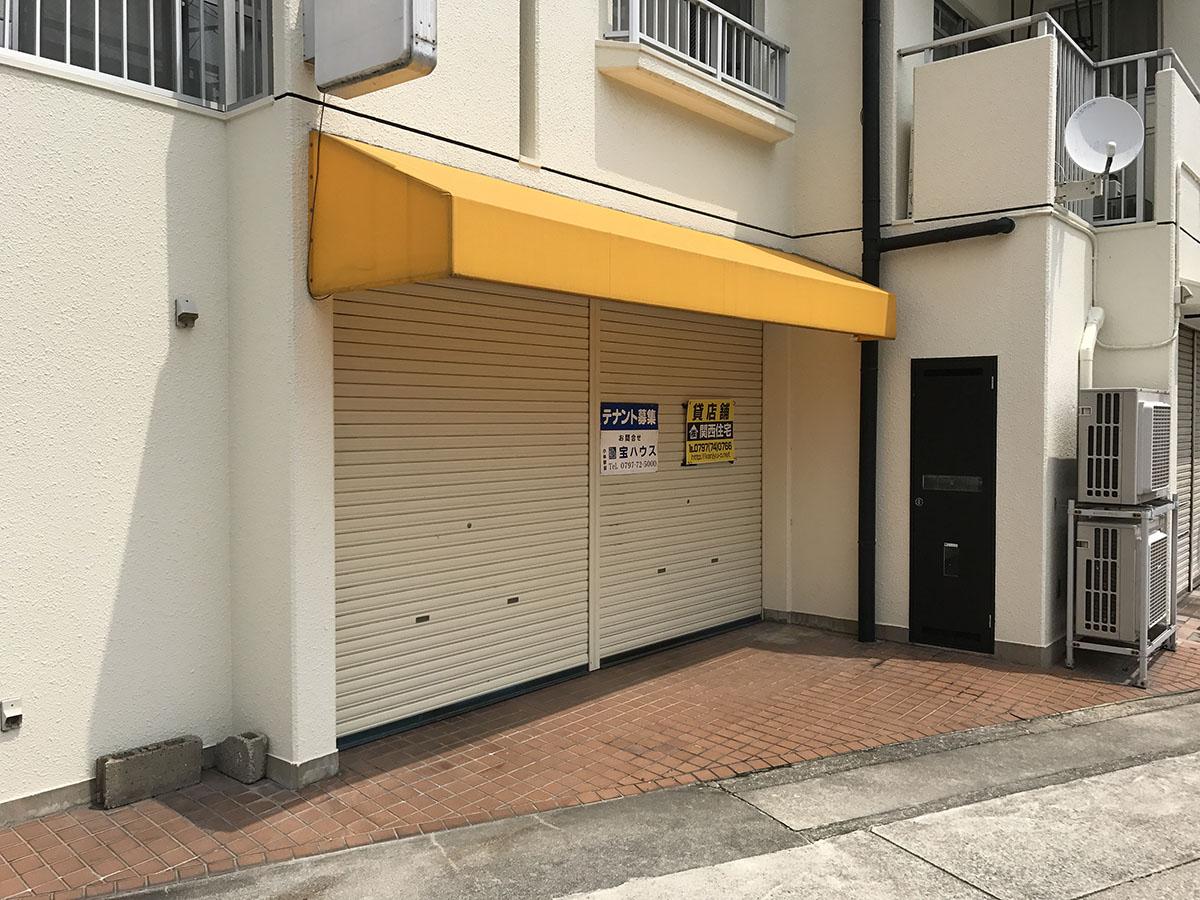 宝塚小林駅近くの理容室のファサード
