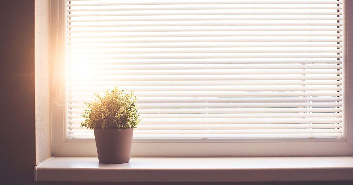 窓まわりの可愛くて素敵なインテリア、ブラインドのメリットとデメリット