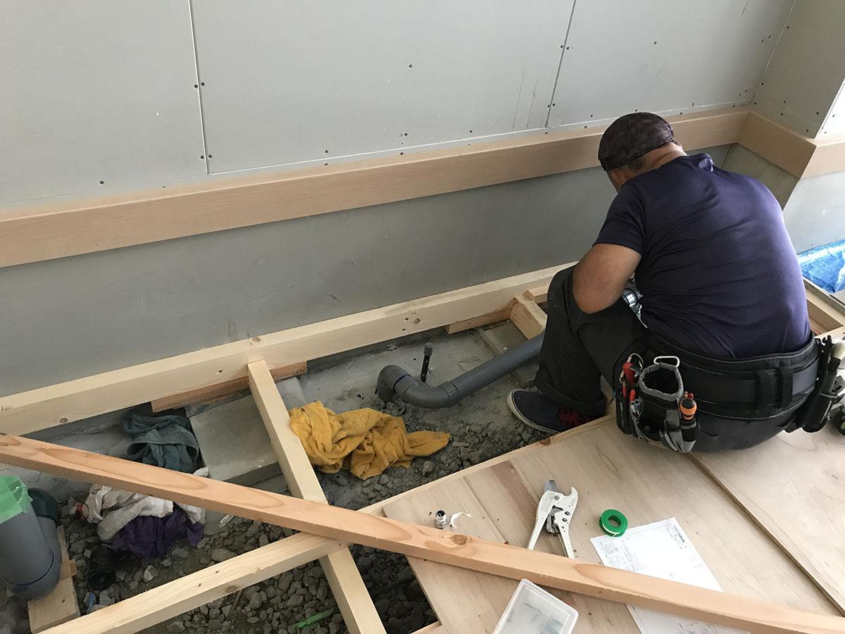 伊丹市フィットネスジムの床組工事